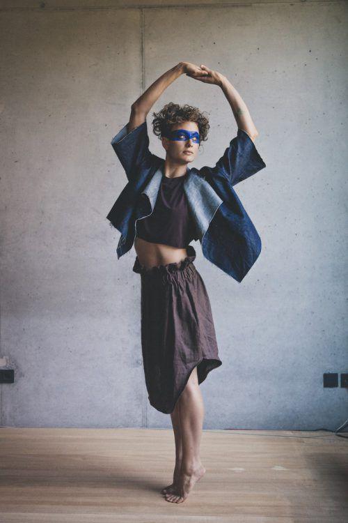 Choreografische Erkundungen von Natalie Fend an öffentlichen Plätzen. Natalie fend