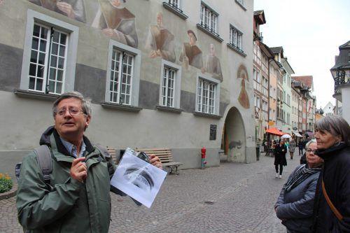 Christof Volaucnik beim heutigen Rathaus, in dem einmal ein Spital war.