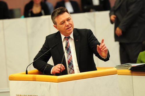 """Christoph Waibel (FP) kritisierte Grüne Nina Tomaselli für ihr """"Brettern auf der A 14 mit geschätzten 145 km/h""""."""
