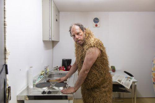 """Daniel Blum spielt in """"Diorama Bregenz::Der letzte Mensch"""" den Urmenschen. Heinz Holzmann"""