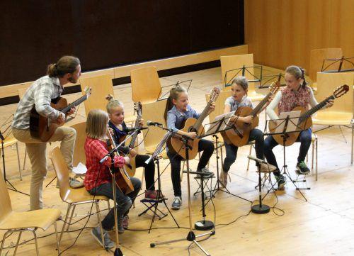 """Das Gitarrenensemble der Musikschule Leiblachtal mit """"In Muetters Stübele""""."""