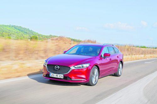 """Das Mazda6-Design wurde 2018 retuschiert, die Technik aktualisiert. Das gilt für die Limousine und den Sport Combi. Das Leistungsoffert aus Dieseln und Benzinern reicht von 145 bis 184 PS, ab 150 PS besteht eine Option auf Allradantrieb. Der Preis: ab 36.690 Euro (G145 """"Attraction"""")."""