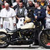 Papst Franziskus segnet Harley