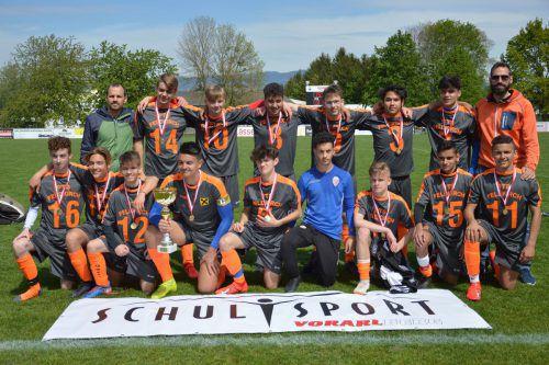 Das siegreiche Team des Poly Feldkirch freut sich mit den Betreuern über den Gewinn des Landestitels.wam