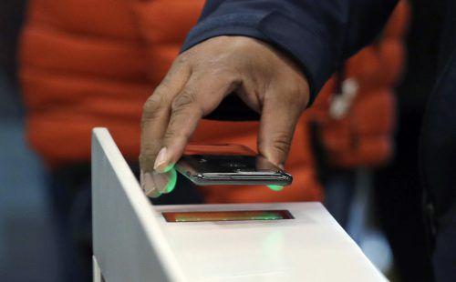 Das Smartphone als Geldbörse wird bei Österreichern immer beliebter. AP