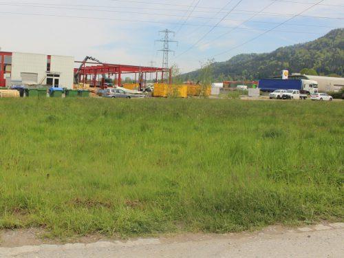 Das Verkehrsproblem soll südseitig durch eine neue Hauptzufahrt zum Parkplatz über die Firmenanbindung Zimmermann/VKW gelöst werden.
