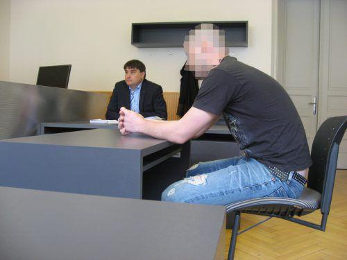 Der 28-jährige Angeklagte mit seinem Verteidiger Stefan Huchler bei der Verhandlung am Landesgericht Feldkirch. eckert