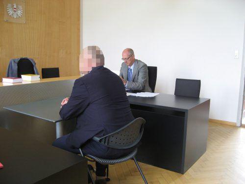 Der Angeklagte mit seinem Verteidiger Gernot Klocker bei der Verhandlung am Landesgericht Feldkirch. eckert