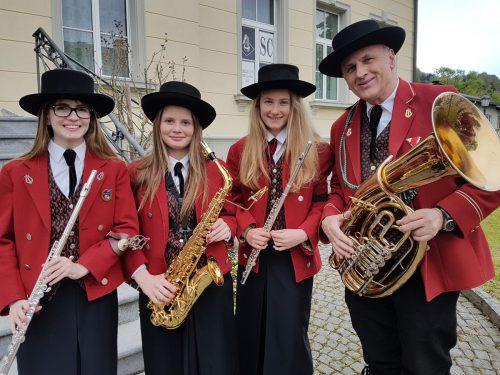 """Der Musikverein Lochau ist im Rahmen des traditionellen """"Maiblasens"""" im ganzen Ortsgebiet unterwegs. bms"""