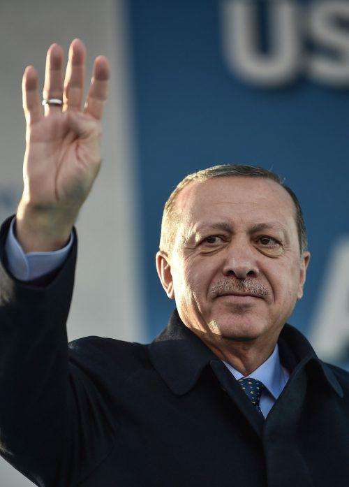 """Der türkische Präsident Erdogan zeigt gern den Brüder-Gruß """"Rabia"""". AFP"""