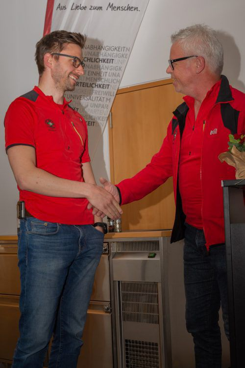 Der Wahlleiter Josef Sieber gratuliert dem neugewählten Ortsstellenleiter des Bergrettungsdienstes Mag. Markus Pickl.