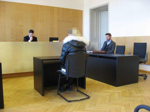 Die Angeklagte mit ihrem Verteidiger Oliver Diez.Eckert