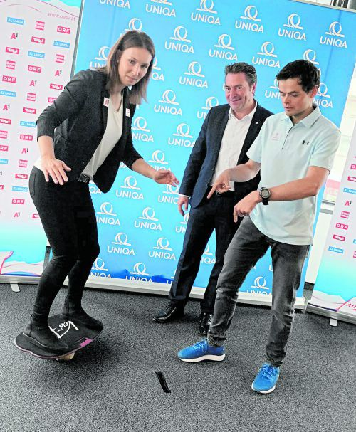 Die Balance passt. Christine Scheyer, beobachtet von Uniqa-Landeschef Markus Stadelmann und Physiotherapeut Manuel Hofer, steht mit beiden Beinen im Sport.ko