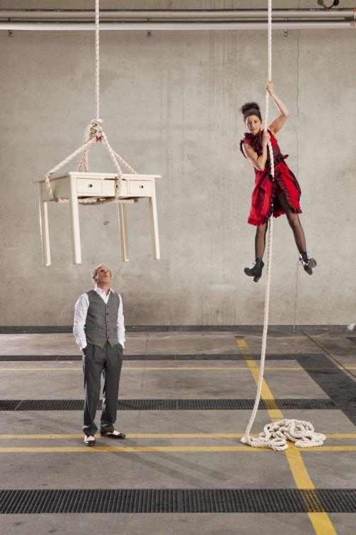 Die beiden Performance-Künstler bringen Schnelligkeit und Leichtigkeit, Akrobatik, Tricks, Musik und Theater in ihrem Programm in Einklang. E1nz