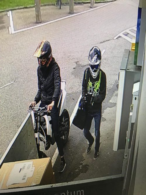 Die beiden Täter beim Überfall auf die Trafik im Visier der Überwachungskamera.