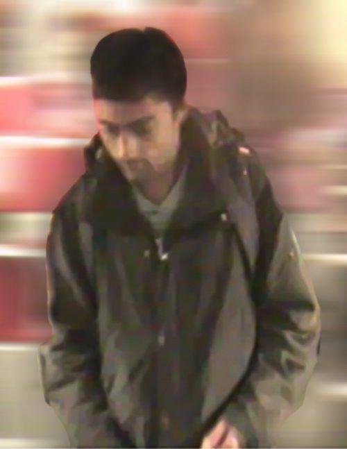 Die Bilder des Gesuchten wurden von einer Überwachungskamera in einem öffentlichen Verkehrsmittel aufgenommen. Polizei