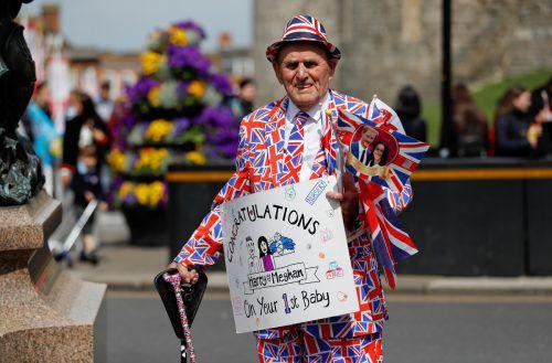 Die Briten feiern den jüngsten Spross der Königsfamilie. Archie Harrison hat bei seinem ersten öffentlichen Auftritt in Harrys Arm geschlummert. Danach stattete die kleine Familie Königin Elizabeth und Prinz Philip einen Besuch ab. AP; AFP; reuters