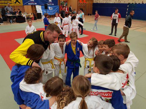 Die Dornbirner Jung-Judoka schwören sich zusammen auf den Wettkampf ein. Die Entscheidung im Schülercup muss erst noch fallen. Judoclub