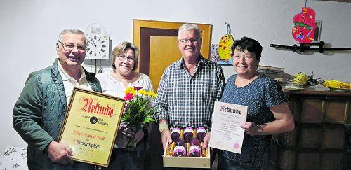 Die Jubilare mit ihren Ehefrauen.JCM