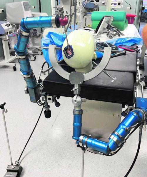 Die neue Kopfhalterung Hydraulicus 3D (blauer Gelenkarm) für Eingriffe am Gehirn erzeugt hohes Interesse bei Ärzten. TETRAmed GmbH
