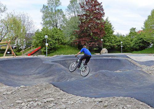Die neue Pumptrack:Speziell für Biker angelegter Asphaltkurs im neuen Park. Ajk