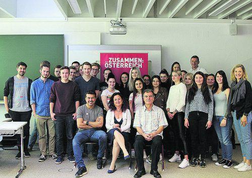 Die prominenten Vorarlberger im Kreis der Berufsschüler, denen sie ihre Lebens- und Integrationsgeschichte erzählt haben. Zusammen Österreich