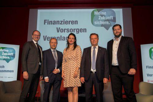 Die Referenten Siegfried Prietl und Thomas Dangl, Moderatorin Hanna Reiner, Finanzdienstleister-Fachgruppenobmann Markus Salzgeber und Referent Michael Rammerstorfer.