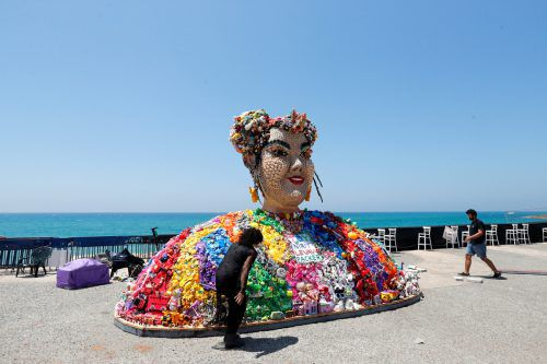 Die Song-Contest-Siegerin 2018, Netta Barzilai, als Skulptur in Tel Aviv. reutERS