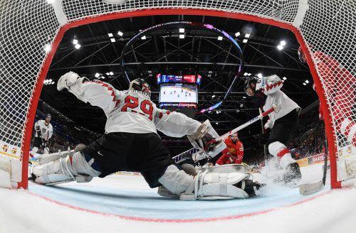 Die Torkamera-Perspektive zeigt ÖEHV-Goalie Bernhard Starkbaum beim zweiten Treffer der Russen durch Nikita Kustscherow. Reuters
