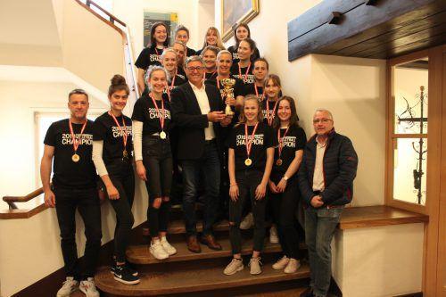 Die Volleyball-Landesliga2-Meisterinnen von der FFG zu Besuch im Feldkircher Rathaus. stadt