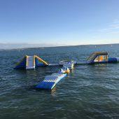 Ein See voller Trampoline und Rutschen