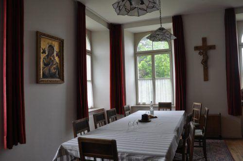 Die Zimmer im Kloster sind einfach ausgestattet.