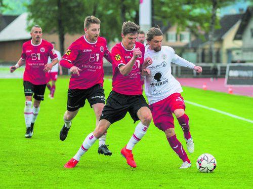Dornbirns Franco Joppi (r.) im Zweikampf um den Ball.VN/Stiplovsek