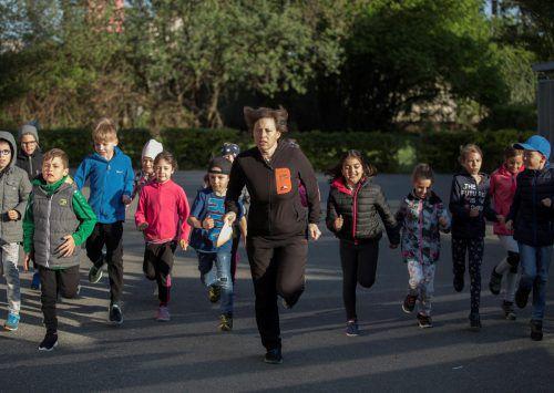 Ein letzter Trainingslauf, heute werden die Schüler der Schule Haselstauden – im Bild mit Lehrerin Barbara Röser – erstmals beim Schanzenlauf in Tschagguns im Einsatz sein.Paulitsch
