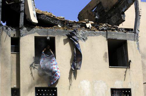 Ein Palästinenser ist in seine durch israelische Luftangriffe schwer beschädigte Wohnung am Gazastreifen zurückgekehrt. afp