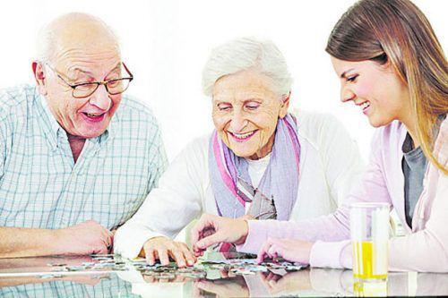 Eine gute Betreuung alter Menschen fordert künftig auch die junge Generation, und die braucht attraktive berufliche Perspektiven.Kneschke