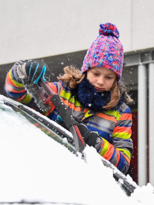 Emma aus Nüziders macht sich beim Schneekratzen nützlich. VN/Lerch