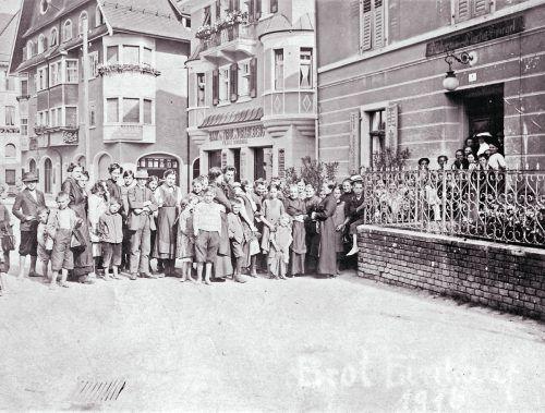 Ernährungskrise im Ersten Weltkrieg: In Vorarlberg herrschte bittere Not. Im Bild: Zahlreiche Menschen stellen sich bei der Bäckerei Spiegel am Dornbirner Marktplatz an.