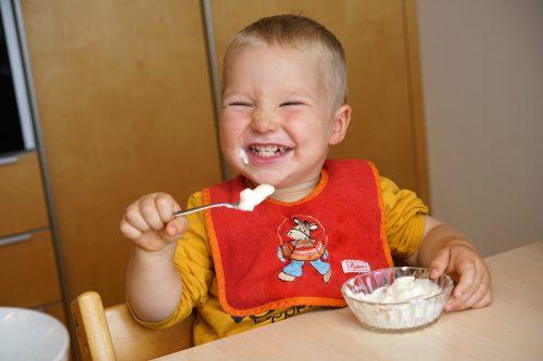 Es muss nicht immer Quinoa sein. Dem zweijährigen Jonas aus Andelsbuch schmeckt zwischendurch auch eine Topfencreme.ludwig berchtold