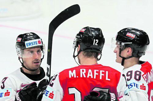 Fabio Hofer (l.) war der Vorbereiter des Ehrentors von Michael Raffl gegen Schweden, Für den Lustenauer war es der zweite Assist im WM-Turnier. gepa