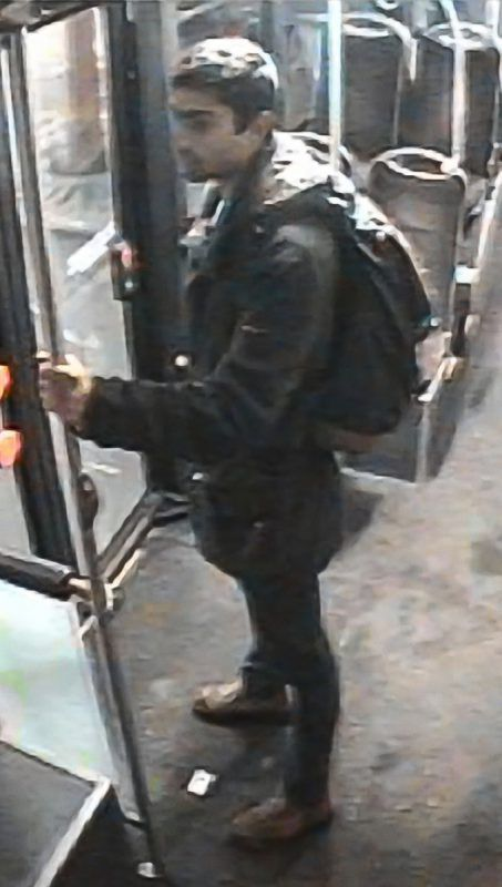 Das Bilder des Gesuchten wurden von einer Kamera in einem Bus aufgenommen. Polizei