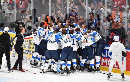 Finnlands Eishockeyteam feiert in Bratislava den Triumph über Kanada.apa