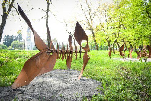 Fischfiguren säumen das Seeufer. stadt Bregenz/mittelberger