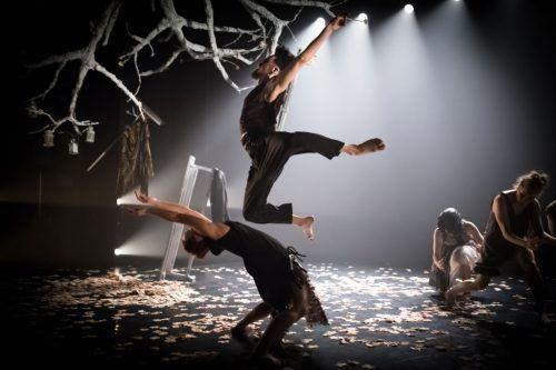 Frech, spielerisch, ironisch, aber ebenso emphatisch und voller Poesie entwickelt die National Dance Company Wales ihre fesselnden Geschichten und zeigt einen nuancenreichen dreiteiligen Abend. Rhys Cozens
