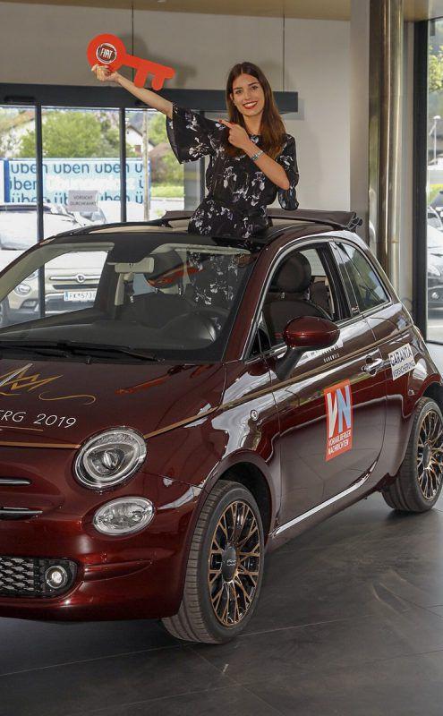 Glückliche Miss Vorarlberg: Nina aus Höchst freut sich auf ihre erste Spritztour mit dem neuen Fiat 500. VN/Paulitsch