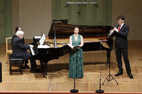Graham Johnson, Moderator und Klavierbegleiter, Christina Landshamer (Sopran) aus München und Alex Ladstätter (Klarinette) aus Bregenz.