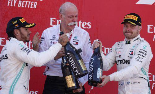Grenzenloser Jubel bei Lewis Hamilton und Valtteri Bottas zusammen mit Daimler-Boss Dieter Zetsche. AFP
