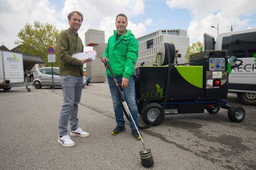 Grünen-Landwirtschaftssprecher Daniel Zadra und Michael Keckeis von der Firma Keckex haben Glyphosat den Kampf angesagt. VN/Hartinger
