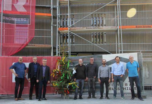 Gruppenbild mit Firstbaum: Die Verantwortlichen von Wohnbauselbsthilfe, Rhomberg Bau, Gemeinde und Architekt bei der Firstfeier in Dornbirn. WSH