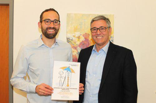 Herbert Mayer, frisch nach Feldkirch gezogen, hatte Losglück. Er erhielt von Bürgermeister Wolfgang Matt eine Bäderkarte. stadt